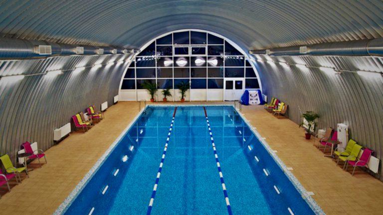 Красивый бассейн в быстровозводимом ангаре с вентиляцией