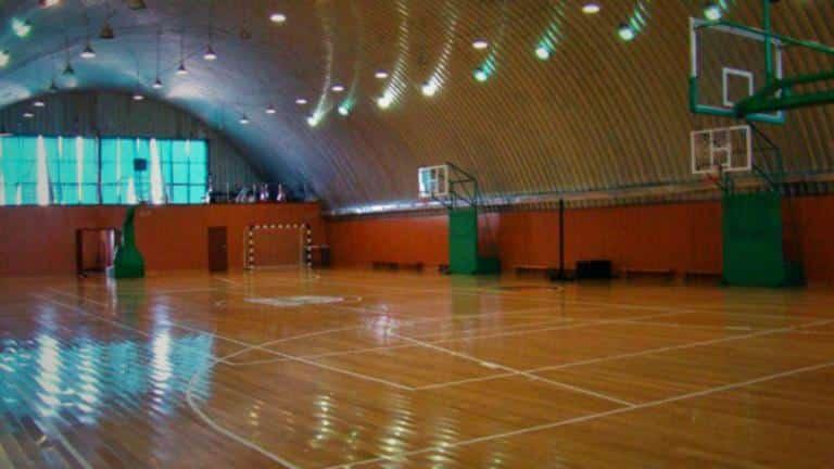 В арочном ангаре размещена баскетбольная площадка